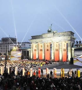 Frente a la Puerta de Brandeburgo, fichas de dominó gigantes simulan el antiguo recorrido del Muro de Berlín