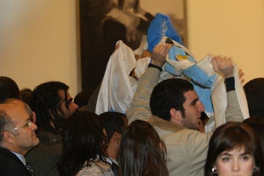 Un grupo de simpatizantes con banderas participó del acto en el que Cristina Kirchner hizo anuncios para los jubilados. Foto: LA NACION / Alfredo Sánchez