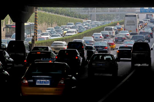 La congestión de tránsito ya lleva más de 10 días, algunos camiones hace al menos 48 horas que se encuentran atascados en el mismo lugar. Foto: EFE