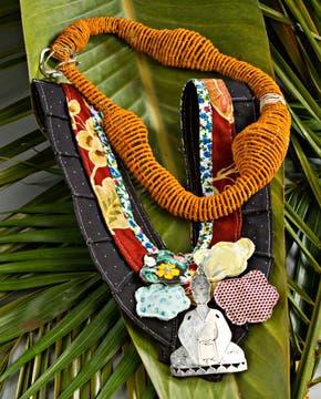 Colgante de seda natural teñido a mano, tejido con la técnica de cestería, plata 900 con cierre de plata 925. Alma de Cobre (Gabriela Horvat, $ 780). Foto: Silvio Zuccheri