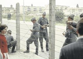 Agosto de 1961: soldados de la República Democrática Alemana junto a la alambrada donde, días después, comenzaría a construirse el Muro de Berlín