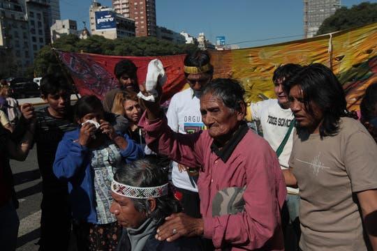 Miembros de la comunidad Qom de Formosa cortaron, por tiempo indeterminado, la avenida 9 de Julio, reclaman la restitución de tierras. Foto: LA NACION / Miguel Acevedo Riú