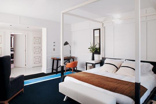 En el cuarto domina el blanco, con una versión contemporánea de cama con dosel. La alfombra azul hace más confortable el espacio. Foto: Adela Aldama