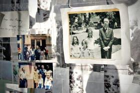 Algunas de las fotografías tomadas por los vecinos con el escritor que se exhiben en la muestra