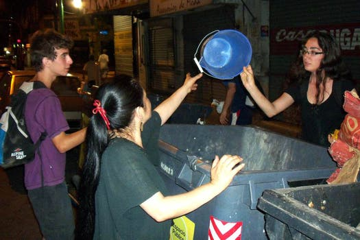 Freeganos buscando comida en basureros. Foto: Gentileza Analía Cincotta