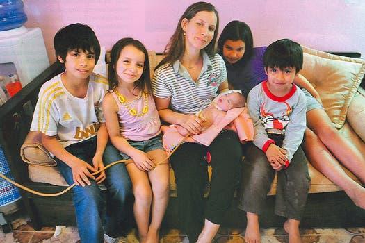 Luz Milagros junto a su madre y sus hermanos. Foto: Gentileza revista Gente - Fabián Uset