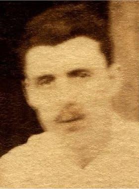 Dos de las escasas imágenes de Rimbaud: en su primera juventud, y a los 26 años, en una foto descubierta hace poco