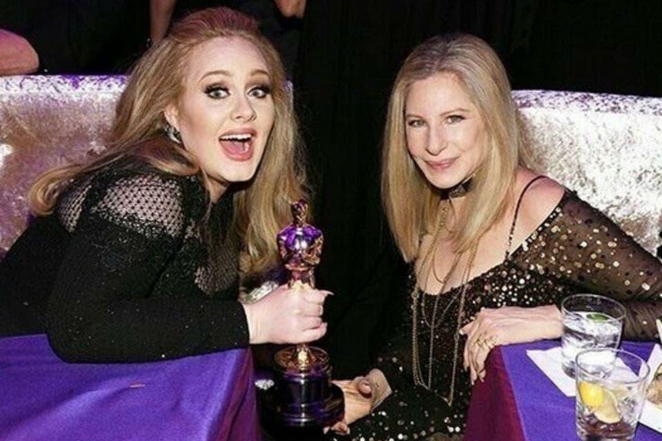 Adele presumiendo su Oscar con Barbra Streisand. Foto: /Twitter