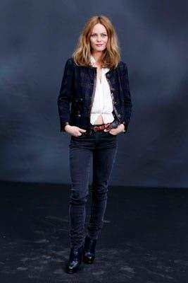 Vanesa Paradis combinó una chaqueta de tweed bien Chanel con un look más informal: ¡hasta se le ve la panza!. Foto: Chanel Latin America
