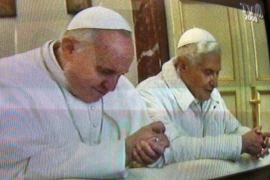 Francisco y su antecesor, Benedicto XVI, arrodillados en el mismo banco. Foto: AP / L Osservatore Romano