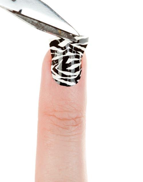 Cortar el borde respetando el largo de las uñas.