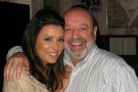 Carlos Bozoghlian, administrador del local, posa junto a la actriz Eva Longoria