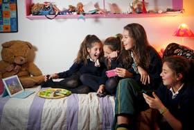 Valentina Bruna (izquierda), de 12 años, y sus amigas se juntan para ver películas en Netflix todos los viernes
