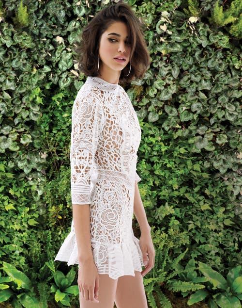 Troquelado: vestido calado a mano con detalles en hilo de seda (Consultar precio, Javier Saiach)..