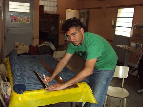 César, integrante del proyecto Ecobolsas, en plena tarea