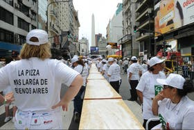 En avenida Corrientes cocinaron la pizza más larga de Buenos Aires