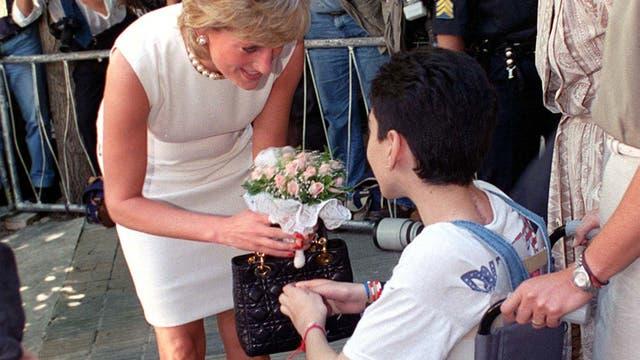 En su visita a la Argentina, recibió flores de un paciente en ALPI