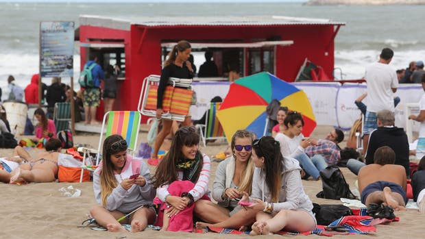 En Mar del Plata, los turistas aprovecharon los últimos días de playa, pero con abrigos