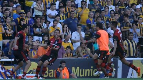 El gol de Maxi Rodríguez para definir el clásico desató la locura en Newell''s y derrumbó a los hinchas de Central