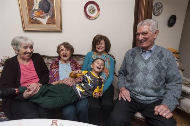 Lucio, el nieto mimado por sus abuelas Nora y Beatriz; su abuelo Tito, y la bisabuela Ita