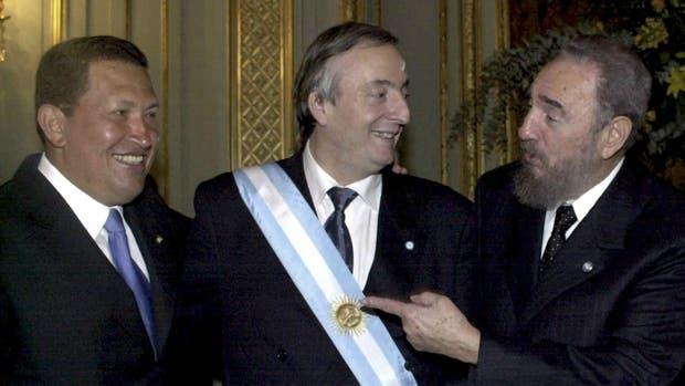 Néstor Kirchner (centro), entre Hugo Chávez y Fidel Castro