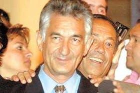 El gobernador Alberto Rodríguez Saá, escoltado por su hermano Adolfo, en los festejos por el triunfo electoral