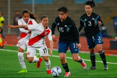 Yamola Rodríguez, con la pelota; fue un triunfo sencillo para Argentina