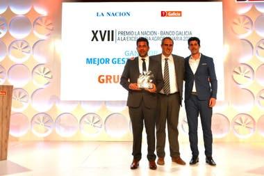 Gastón González, de Tigonbu, con el galardón como Mejor Gestión Sustentable