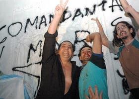 """""""La Plaza es nuestra"""", parecen decir D´Elía y sus seguidores, trepados a la Pirámide de Mayo"""