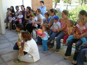 Las madres atentas en Carlos Tejedor