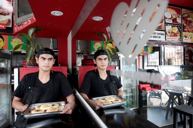 Palermo: Eduard Meléndez sostiene una bandeja con arepas, una delicia típica de su país, Colombia