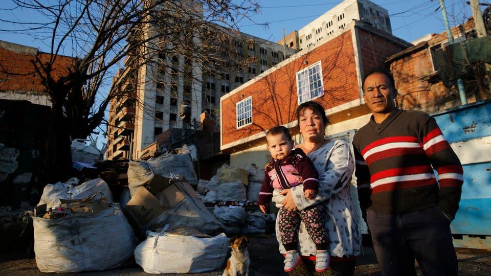 Omar Fernández y su esposa Noelia Román, son cartoneros y habitan en el lugar hace unos años. Foto: LA NACION / Fabián Marelli