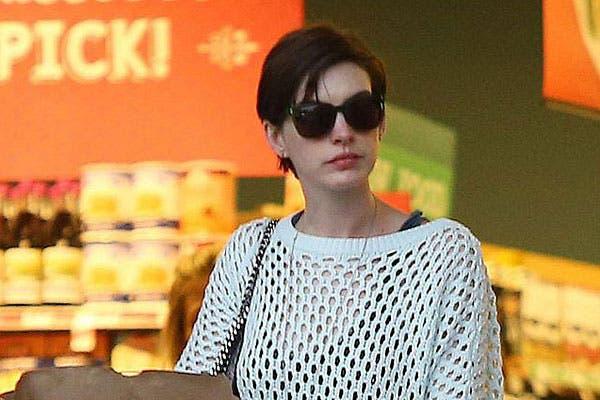 Con el pelo corto y peinado hacia un costado, Anne Hathaway hace las compras en el súper. Foto: Celebritieswonder.net