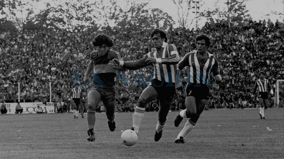 26-4-1981: ya con la camiseta de Boca, visita a La Plata, para enfrentarse con Estudiantes.. Foto: LA NACION