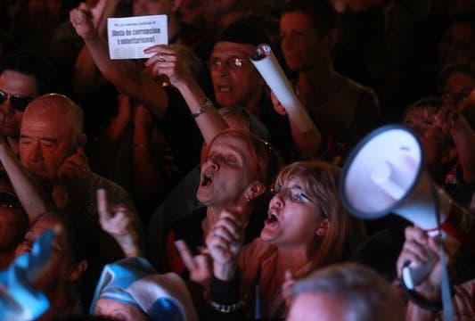 Gran cantidad de gente se manifiesta en la puerta del Congreso en contra de la reforma. Foto: LA NACION / Fabián Marelli