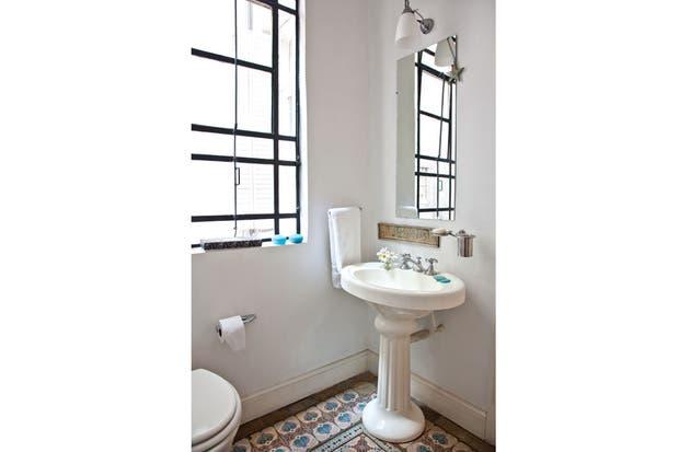 Decorar Baño Antiguo:Las aberturas de los baños antiguos suelen ser amplias y le dan a los