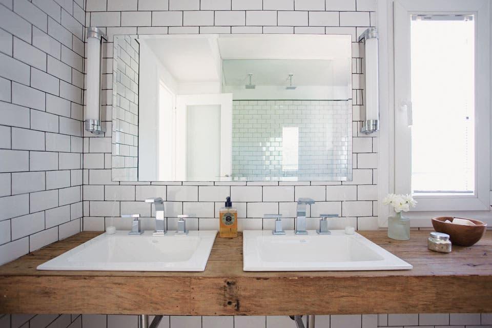 Decoracion Baños Living:cada lado del espejo con borde biselado, los artefactos colocados