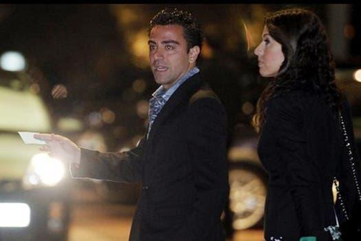 Xavi le dice algo a su pareja. Foto: Mundo Deportivo