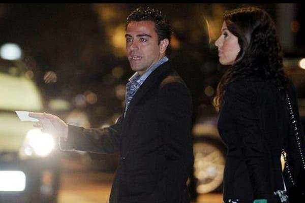 Xavi le dice algo a su pareja.  /Mundo Deportivo