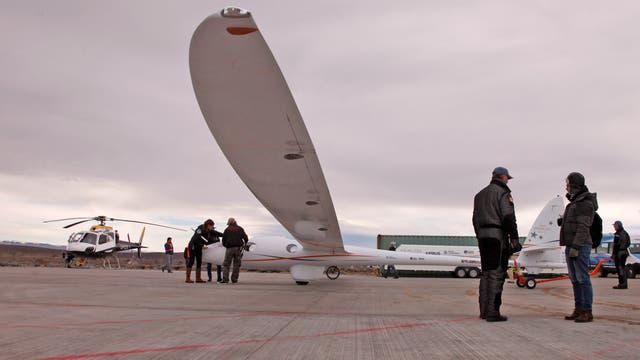 El aeroplano, con cabina presurizada y diseado para llegar a los límites con el espacio, se prepara en pista para su despegue