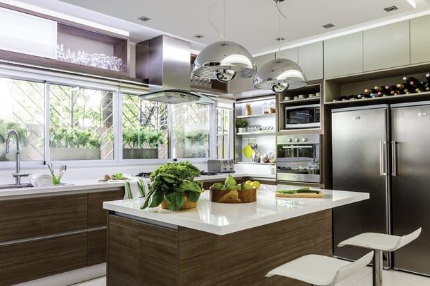 De acuerdo a las necesidades de la familia, el proyecto debía incluir: una cocina muy funcional, un comedor diario luminoso y amplio que no se viera desde la zona de servicio y un lavadero con cuarto de plancha y despensa.  /Santiago Ciuffo