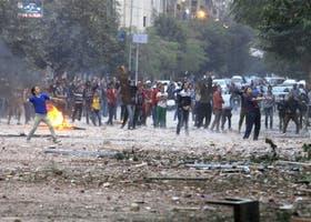 Manifestantes opositores chocaron ayer con la policía cerca de la plaza Tahrir, en El Cairo