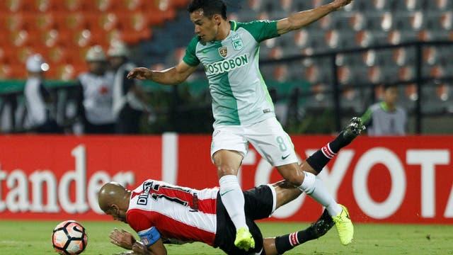 Diego Arias se lleva la pelota; Verón, por el piso