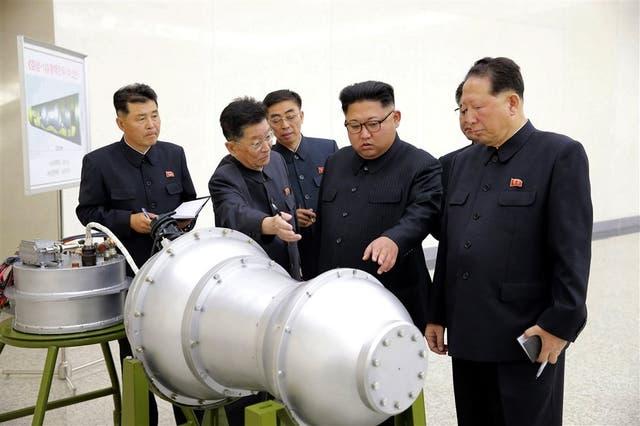 El líder norcoreano, junto a funcionarios, visitó una planta e inspeccionó una cabeza nuclear