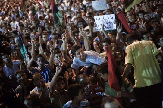 Cientos de miles de libios celebran la caída de Trípoli en manos de los rebeldes. Foto: AFP