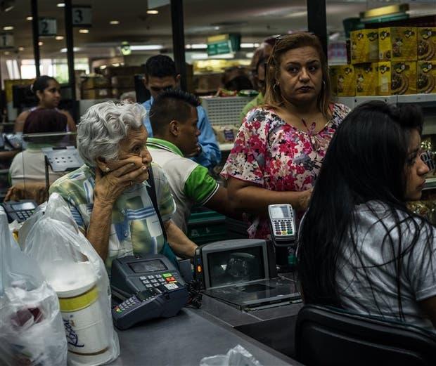 Los clientes esperan hasta tres horas para entrar en el supermercado