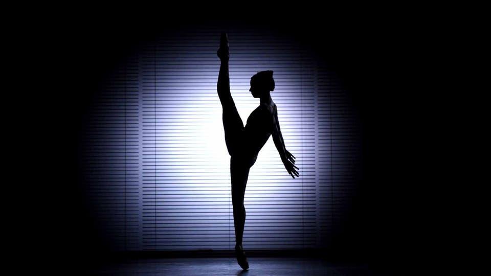 Maria Alexandrova, primera bailarina del Ballet del Bolshoi de Rusia, interpreta una escena de una coreografía de la española Blanca Li en un ensayo antes de la salida a escena en el City Center de Nueva York.