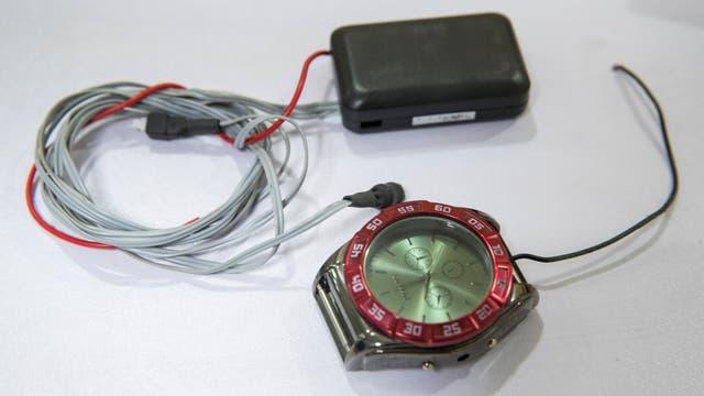 Un reloj que esconde un receptor de radio, uno de los intentos de los estudiantes chinos para recibir ayuda externa