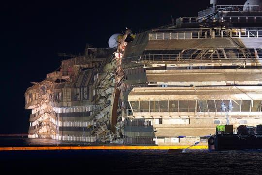 En una operación inédita, concluyó con éxito el enderezamiento del  Concordia, anunciaron las autoridades italianas. Foto: AP