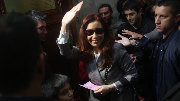 Cristina Kirchner llegando a su departamento de Juncal y Uruguay.